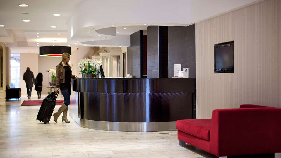 Ramada Plaza Liège City Center - EDIT_recepcion.jpg