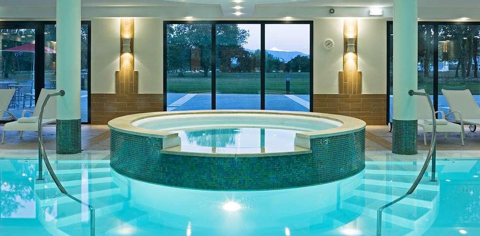 Week end bien tre divonne les bains avec 1 acc s au spa for Piscine de divonne
