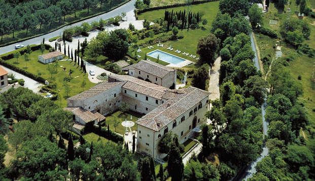 Descubre la Toscana y disfruta de un vino típico en la habitación