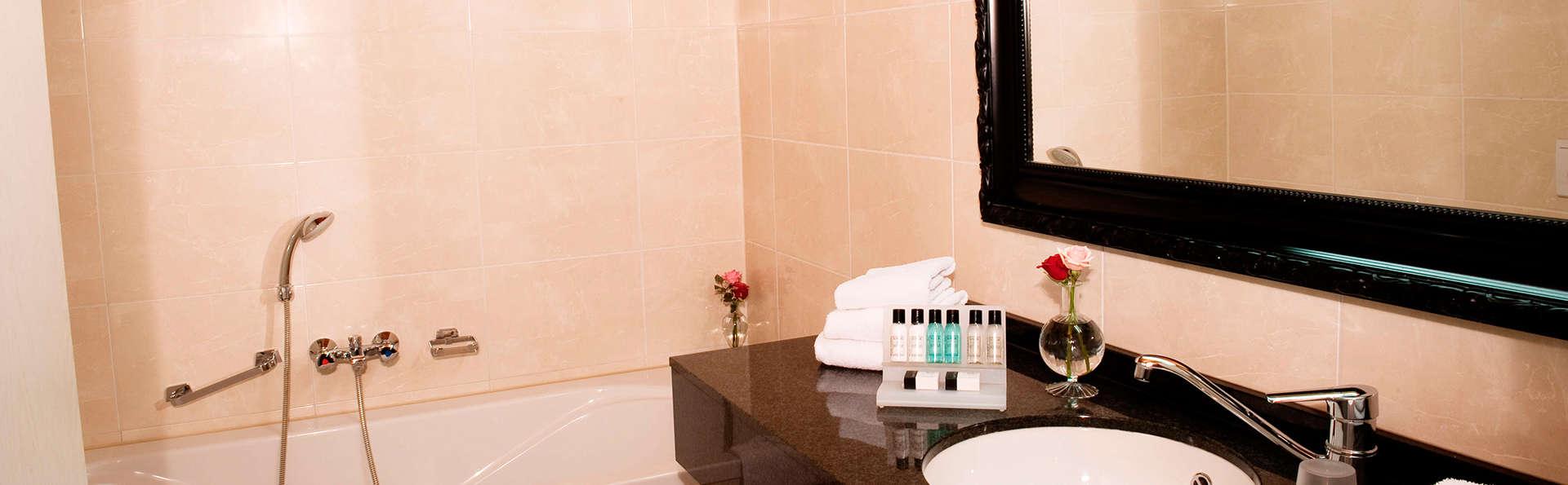 Van der Valk Hotel Schiphol A4 - EDIT_bathroom4.jpg