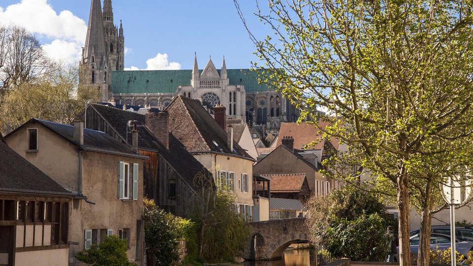 Campanile Chartres Centre - Gare - Cathédrale - edit_Fotolia_108055337_Chartres.jpg