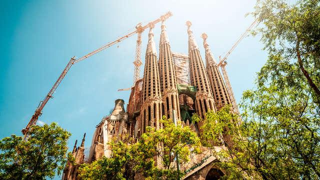 Alójate en Paseo de Gracia y visita la Sagrada Familia