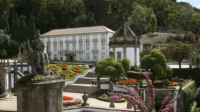 Escapada romántica con cesta de fruta y botella de vino en un elegante hotel de Braga