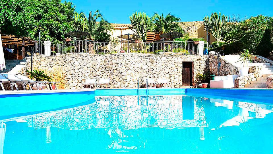 Hotel Grotticelli - edit_Piscina.jpg