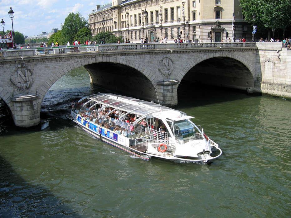 Pullman Paris Tour Eiffel - Bateau-mouche.jpg