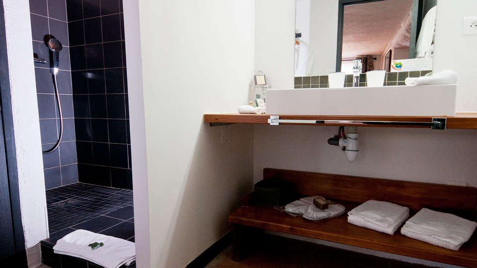 Casa9 Hôtel - edit_bath1.jpg