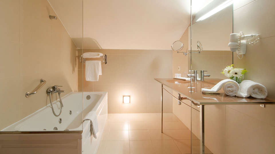 Hotel Granada Palace - edit_bath.jpg