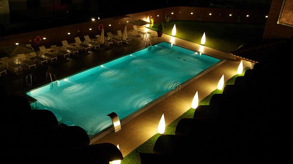 Hotel Granada Palace - edit_pool.jpg
