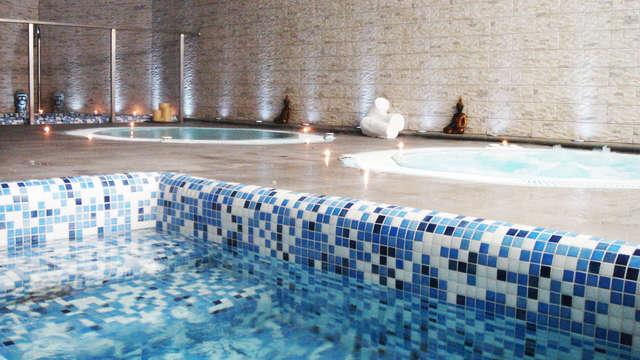 Relax en junior suite con bañera de hidromasaje privada y entrada al Spa en Granada
