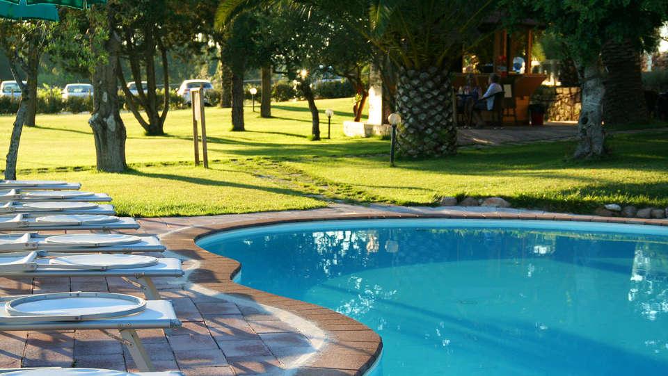 Alghero Resort Country Hotel - edit_swimmingpool_terras.jpg