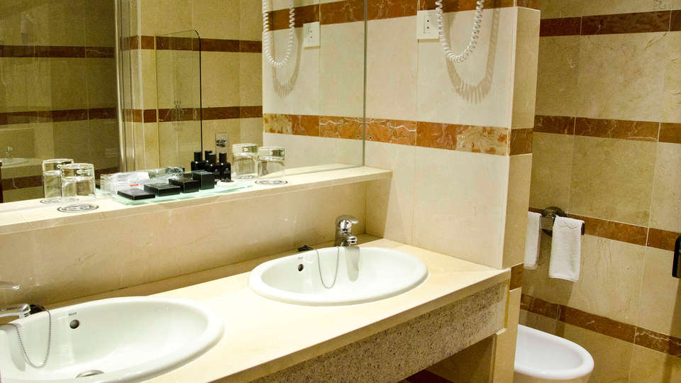 Hotel Miguel Angel - EDIT_bathroom.jpg