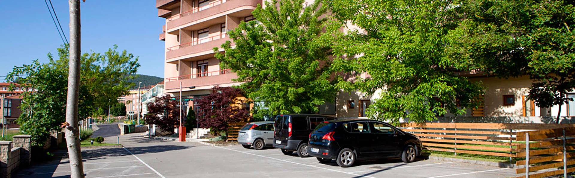 Hotel Los Arces - edit_parking.jpg