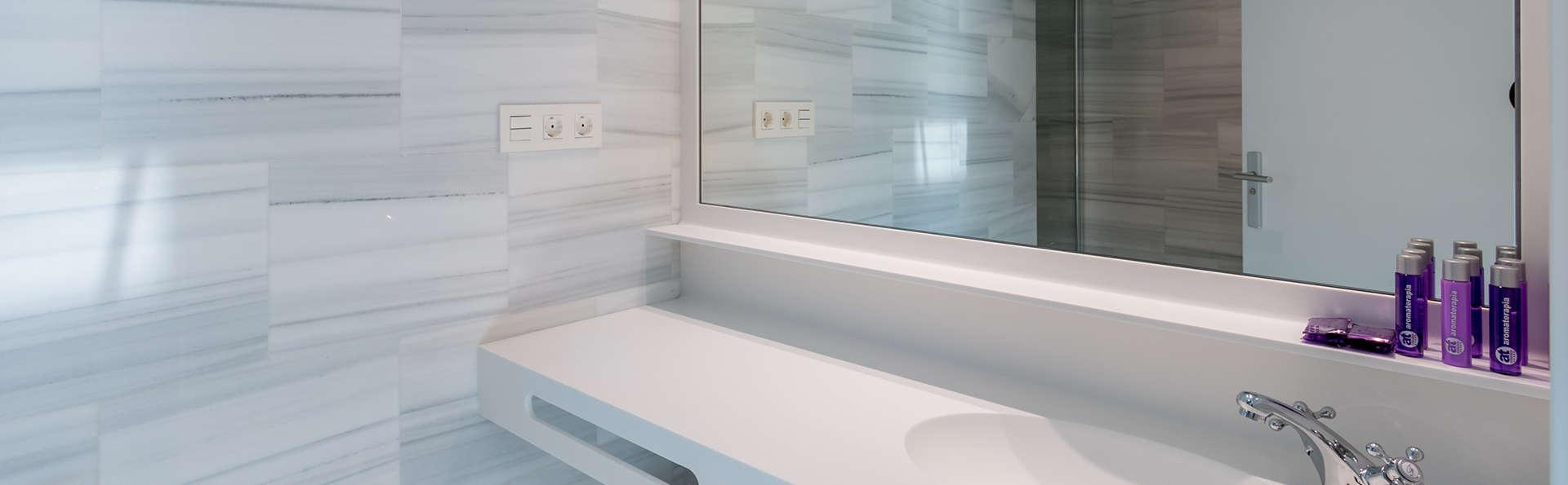 Oro del Darro Suites - edit_bathroom.jpg