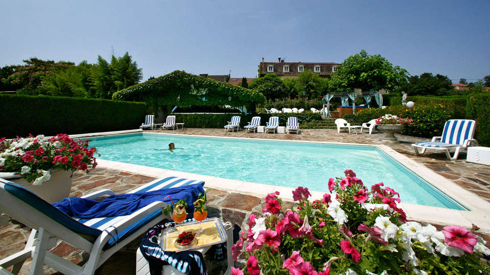 Hostellerie Saint Jacques - edit_pool.jpg