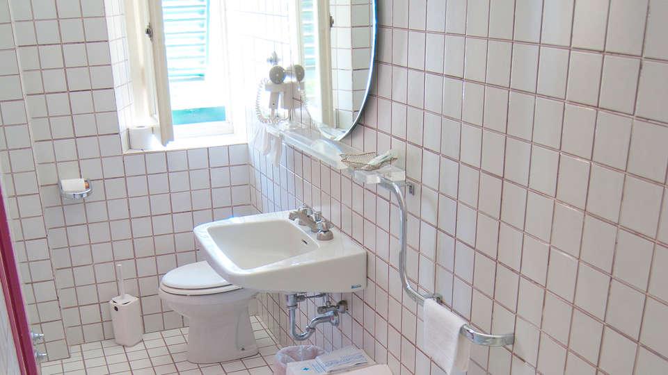 Hotel Mediterraneo - EDIT_bathroom2.jpg