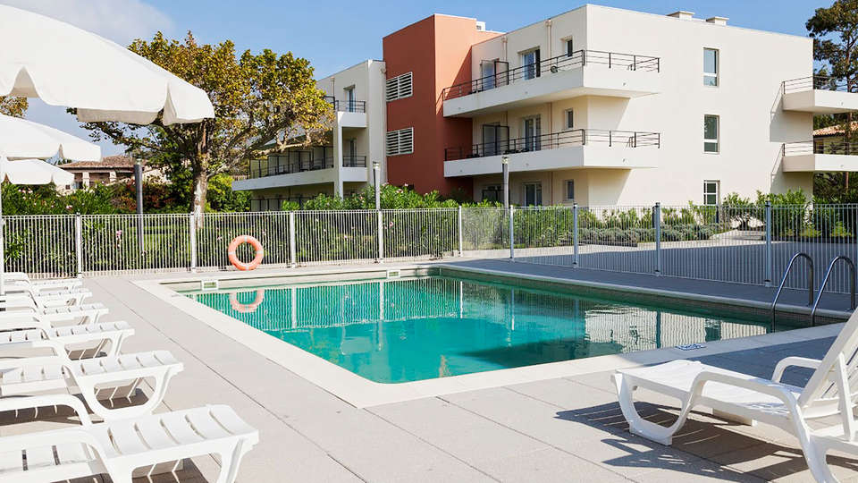 Comfort Suites Cannes-Mandelieu - EDIT_pool1.jpg