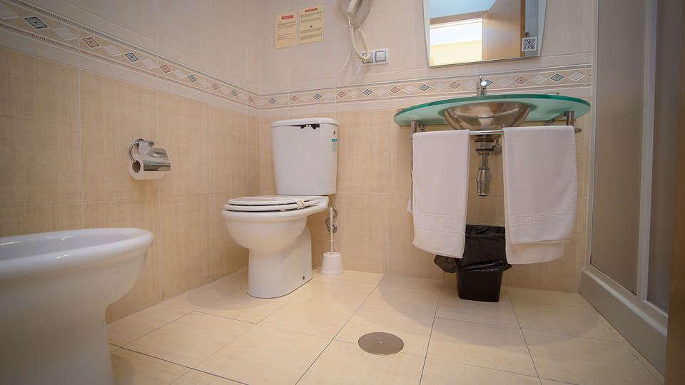 Aparthotel Arenteiro - EDIT_bath1.jpg