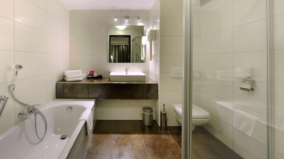 Van der Valk Hotel 's Hertogenbosch - Vught - EDIT_bathroom2.jpg