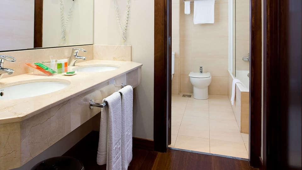 URH Palacio de Oriol - EDIT_bath1.jpg