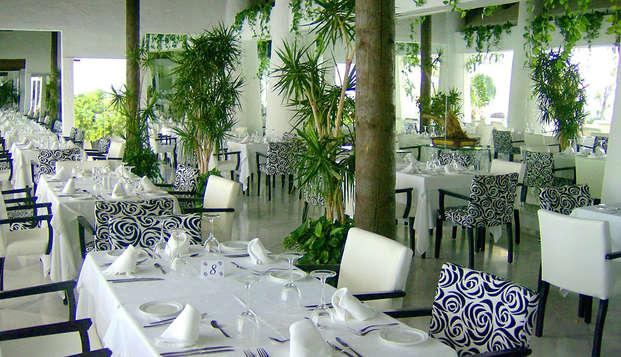 Offre exclusive : Suite supérieure avec dîner, cava et séjour gratuit pour deux enfants à Almuñécar
