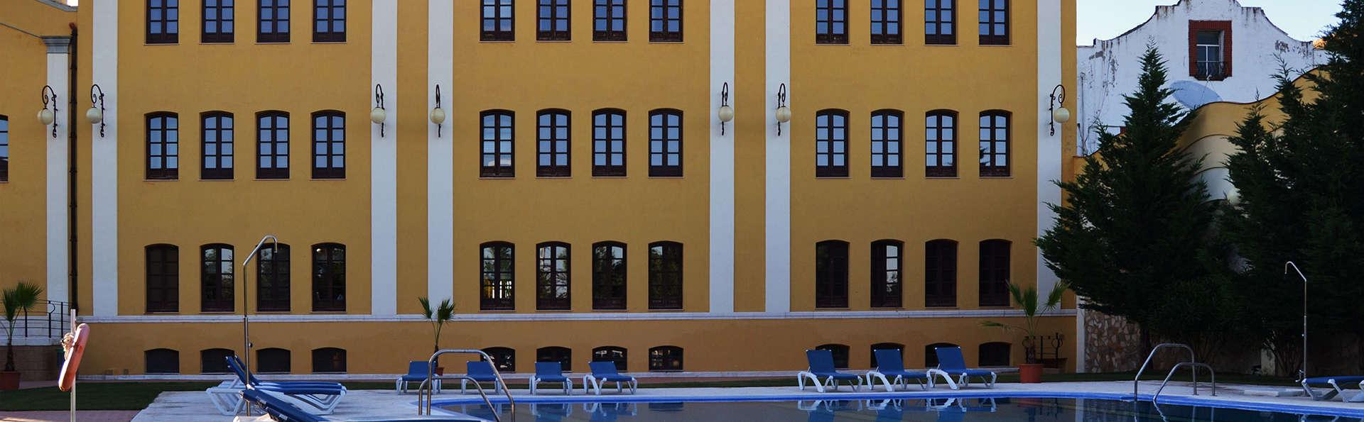 Hotel El Carmen Puente Genil - EDIT_piscina.jpg