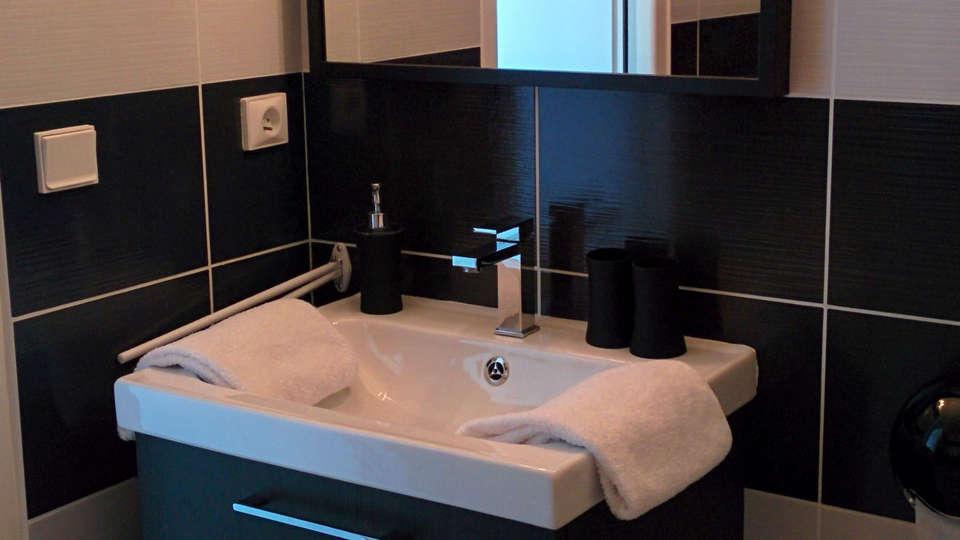 Hôtel des Thermes Et du Casino - EDIT_bathroom.jpg