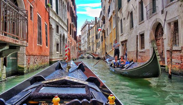 Vacanza da sogno nel cuore di Venezia: in un hotel 4* con romantico tour in gondola
