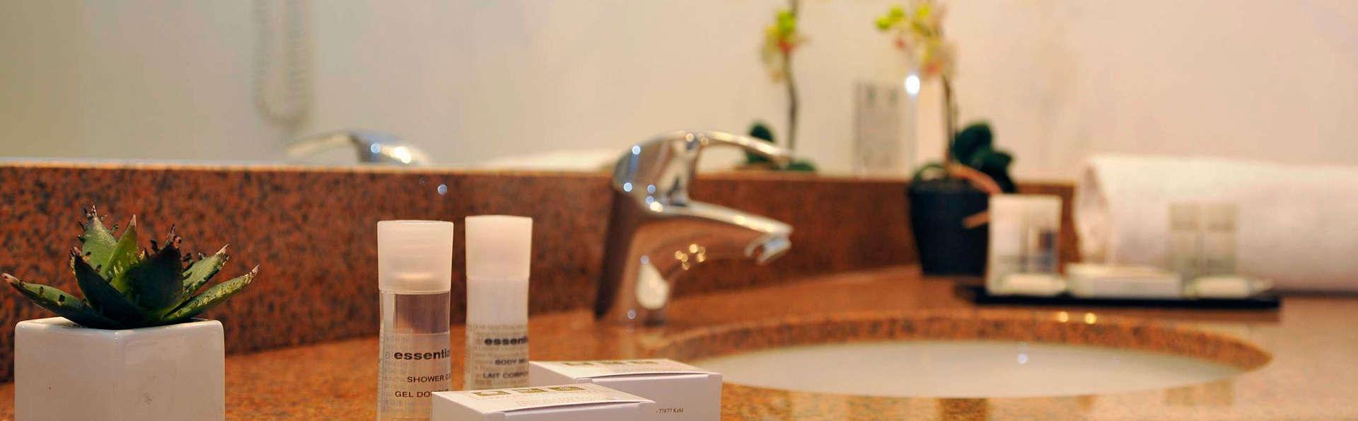 Quality Suites Bordeaux Aéroport & Spa - EDIT_bathroom.jpg