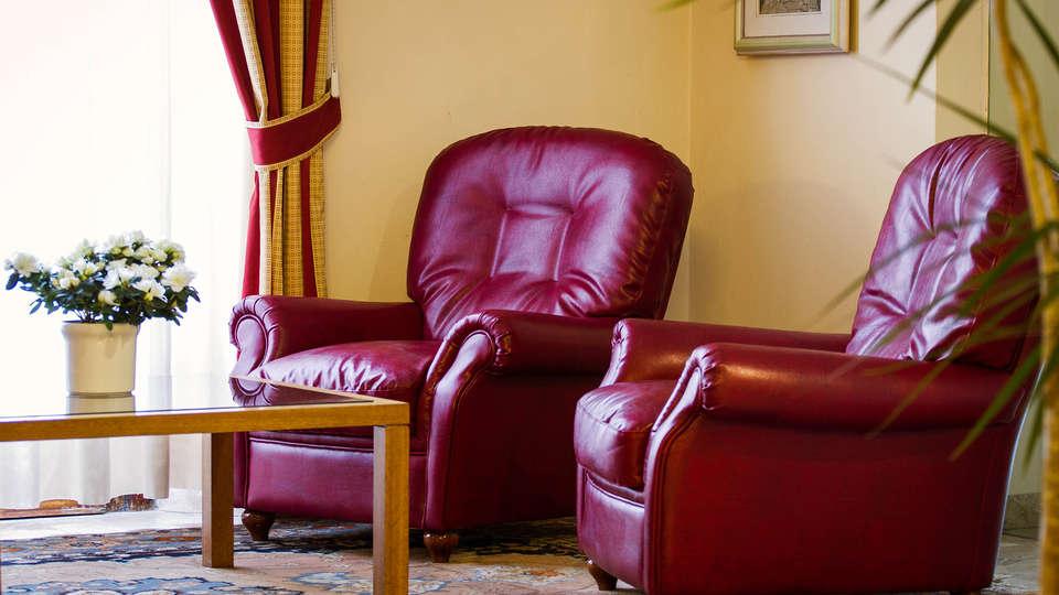 Hotel Reale - edit_lounge_lobby.jpg