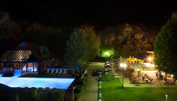 Novotel Fontainebleau Ury - Piscine exterieure nuit