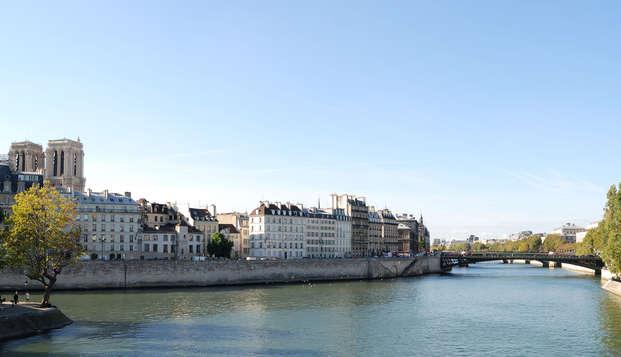Escapade parisienne au pied de la Tour Eiffel avec croisière sur la Seine