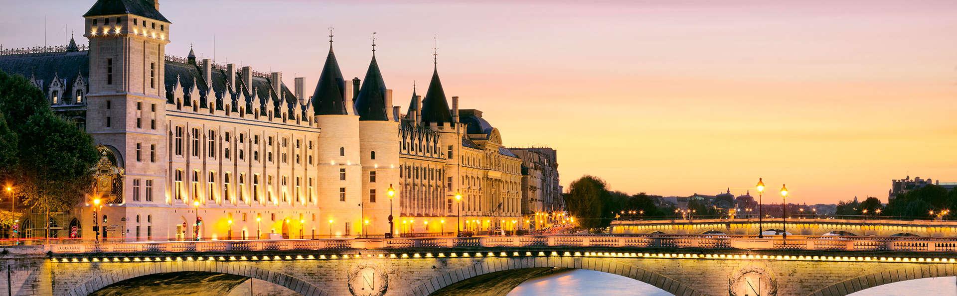 Tocht door de lichtstad met diner op de Seine in Parijs
