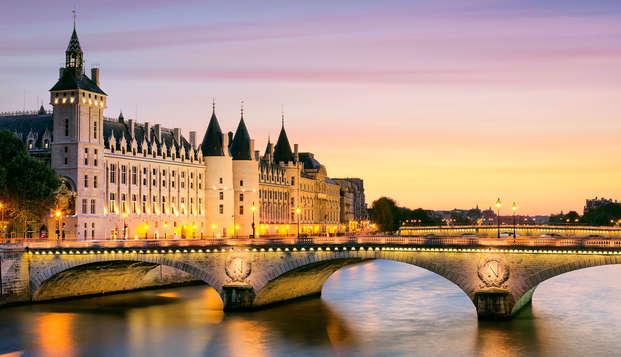 Traversée de la ville lumière avec dîner sur la Seine à Paris