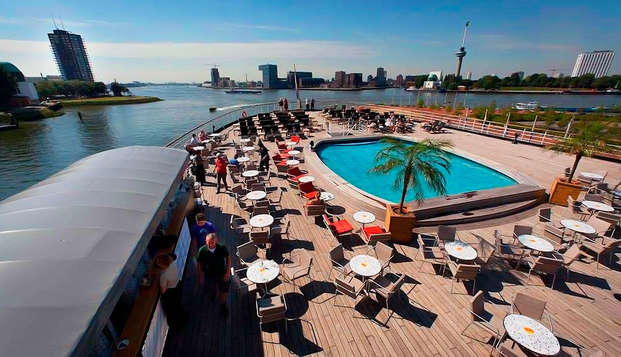 Uitwaaien en zwaaien op een oud cruiseschip in Rotterdam