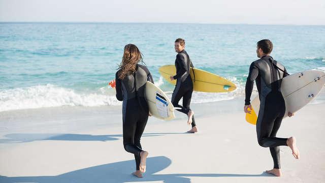 Alójate frente a la Playa de San Lorenzo y... ¡Disfruta de una clase de surf con monitor!