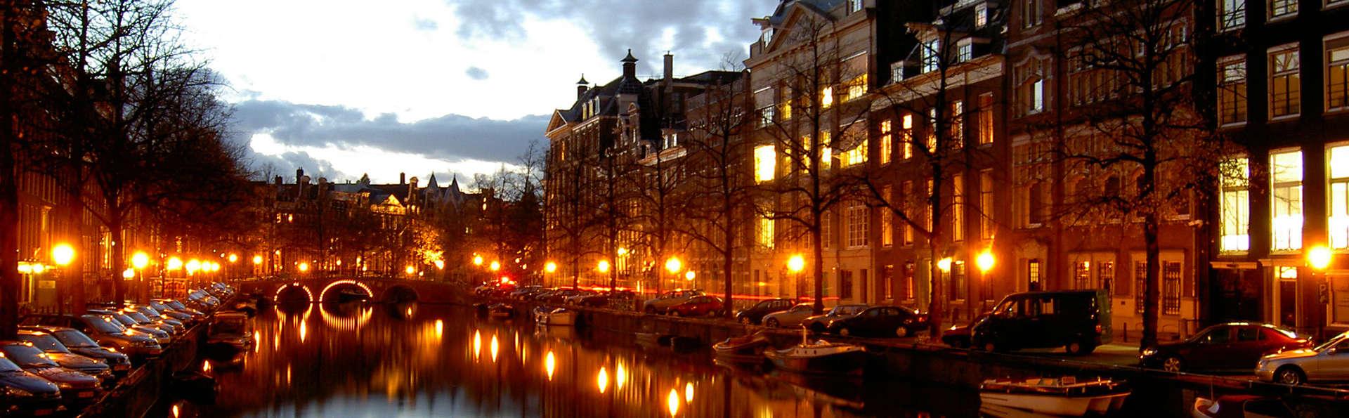 Profitez de la tranquillité d'Hoofddorp et découvrez la ville animée d'Amsterdam en bateau
