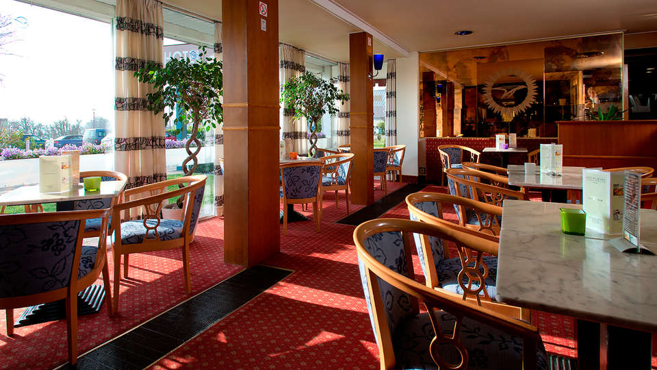 Globales Post Hotel & Wellness - EDIT_cafeteria.jpg
