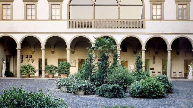 Romanticismo en la bella Florencia con botella de vino y bombones