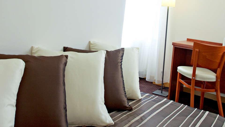 Hôtel la Rivière - Edit_Room3.jpg