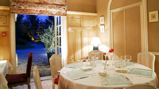 Dîner gastronomique et nuit en chambre deluxe dans un château**** à côté d'Aix-les-Bains