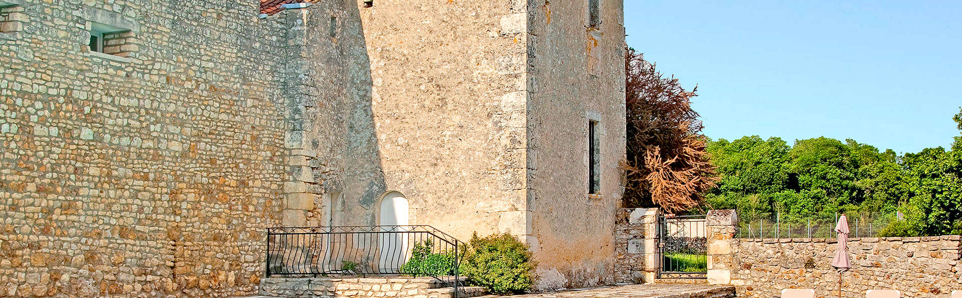 Château de Périgny  - EDIT_frontpool.jpg