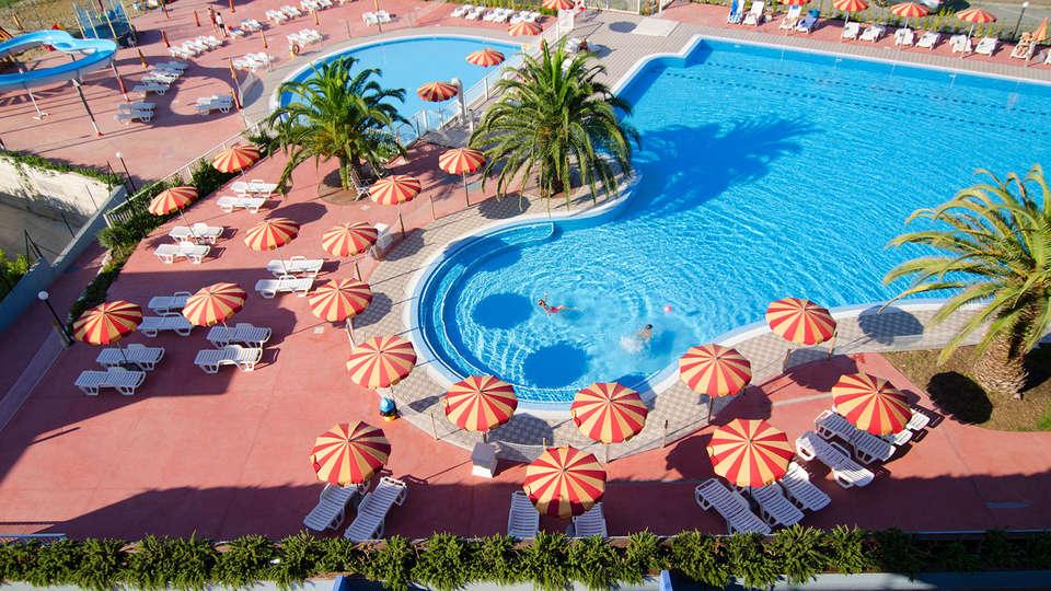 Ai Pozzi Village - edit_La-piscina-e-i-giardini-dall_alto.jpg