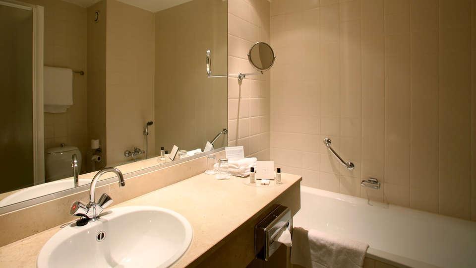 Carlton President Hotel - EDIT_bath.jpg