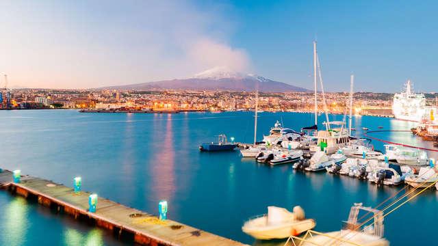 Alójate en un elegante hotel a las afueras de Catania, con vistas al Monte Etna (media pensión)