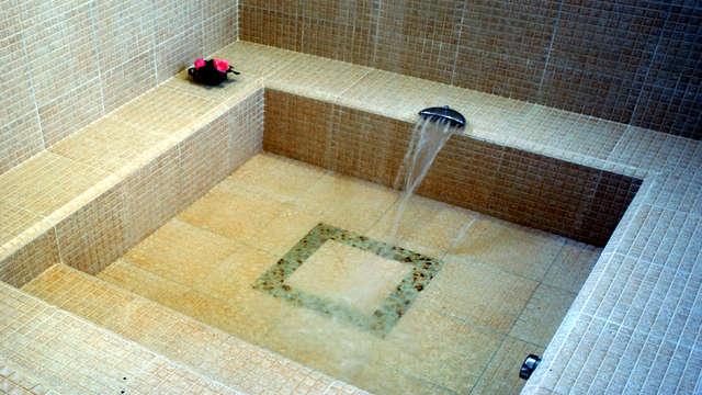 Escapada Romántica en Suite con Bañera Termal Privada y Ruta en 4x4 por la Dehesa