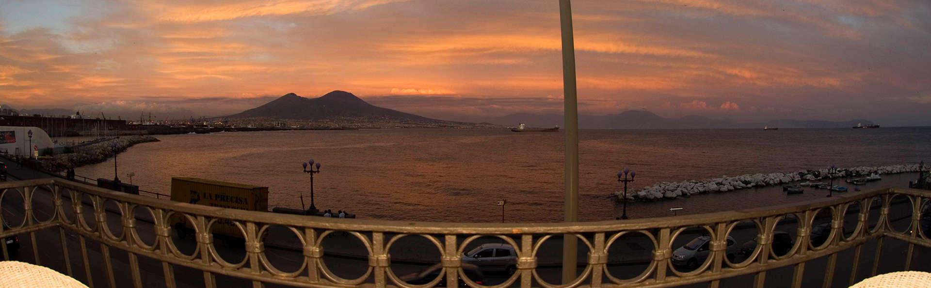 Alójate en el centro de Nápoles con aperitivo de bienvenida