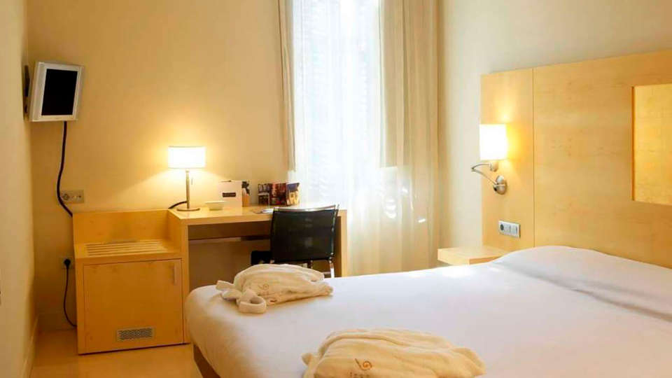 Hotel Sant Roc - EDIT_room1.jpg