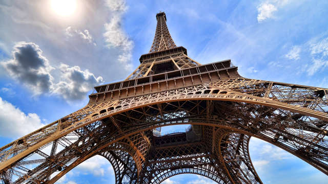 Romantiek met champagne op de kamer in het hart van Parijs