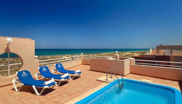 Escapada en suite con piscina privada, primera linea de mar y 2 niños gratis en Oliva