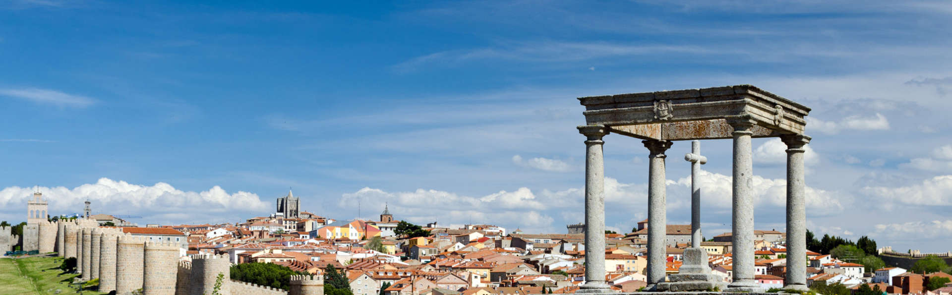 Offre exclusive : Escapade à Ávila avec dîner romantique et parking